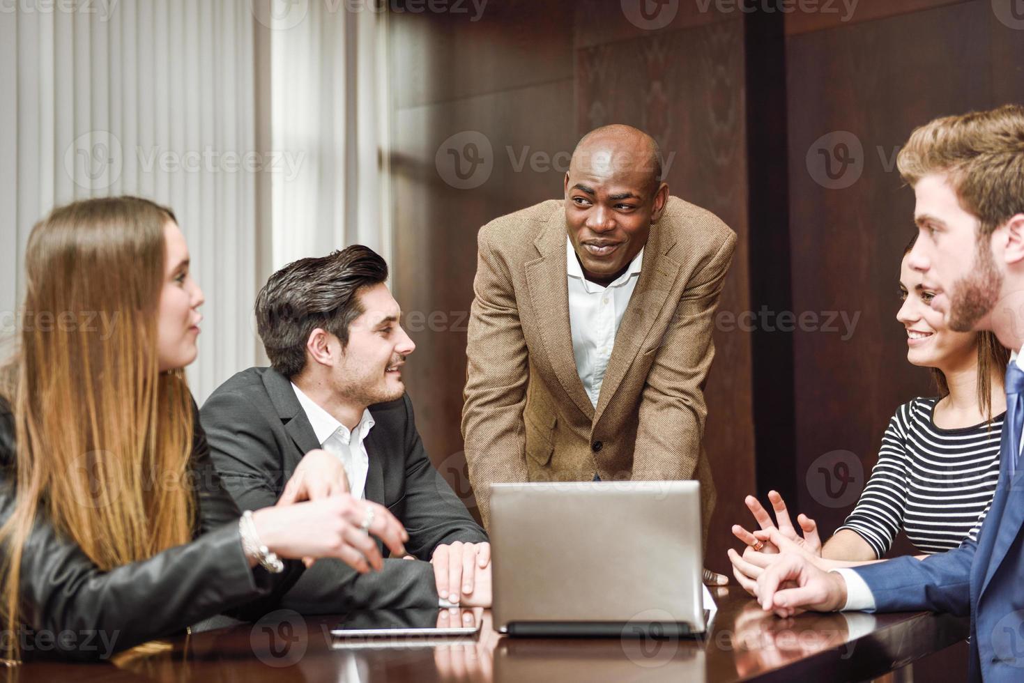groep van multi-etnische drukke mensen die werken in een kantoor foto