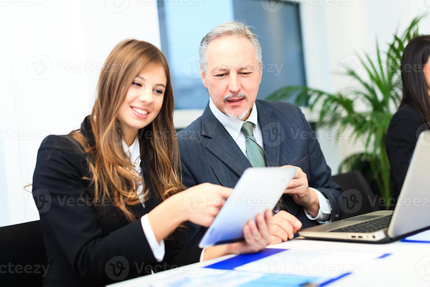 mensen uit het bedrijfsleven op het werk foto