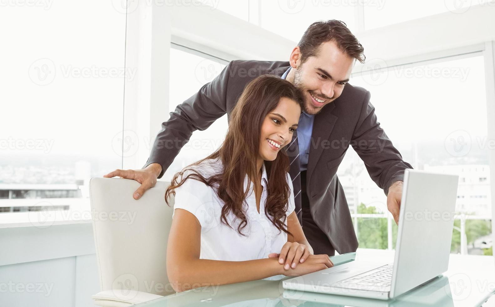 mensen uit het bedrijfsleven met behulp van laptop op kantoor foto