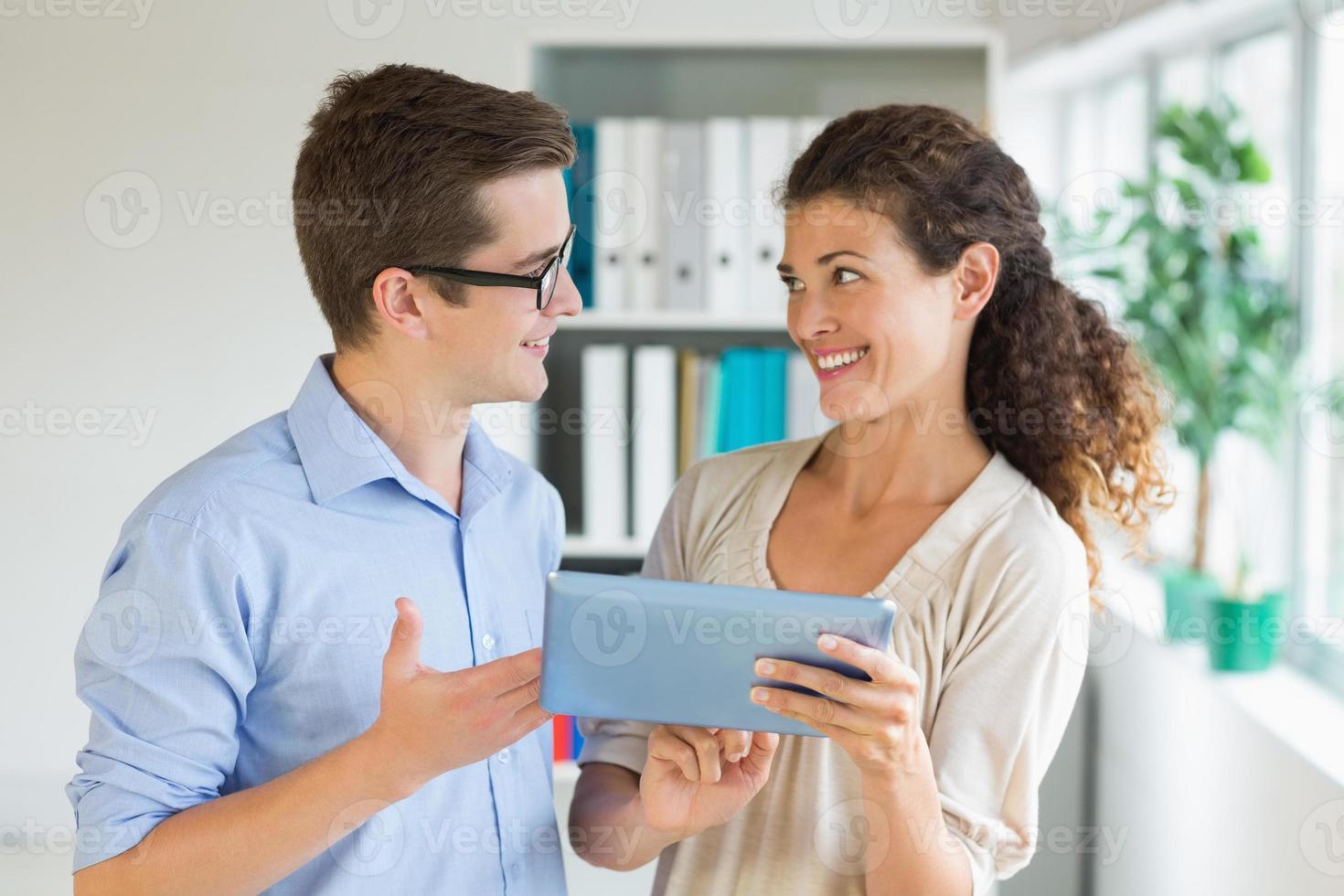 mensen uit het bedrijfsleven communiceren via digitale tablet foto