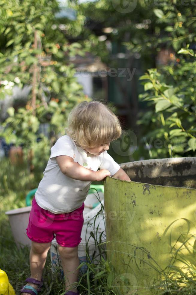 klein meisje plezier op schommel foto