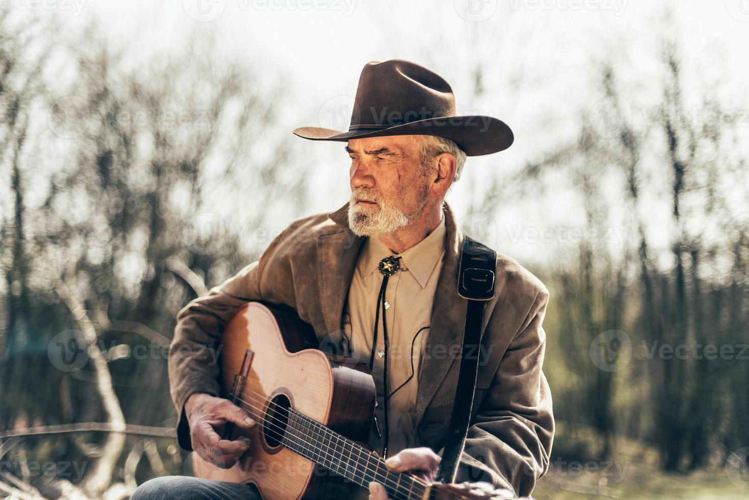 eenzaam land en westerse muzikant foto