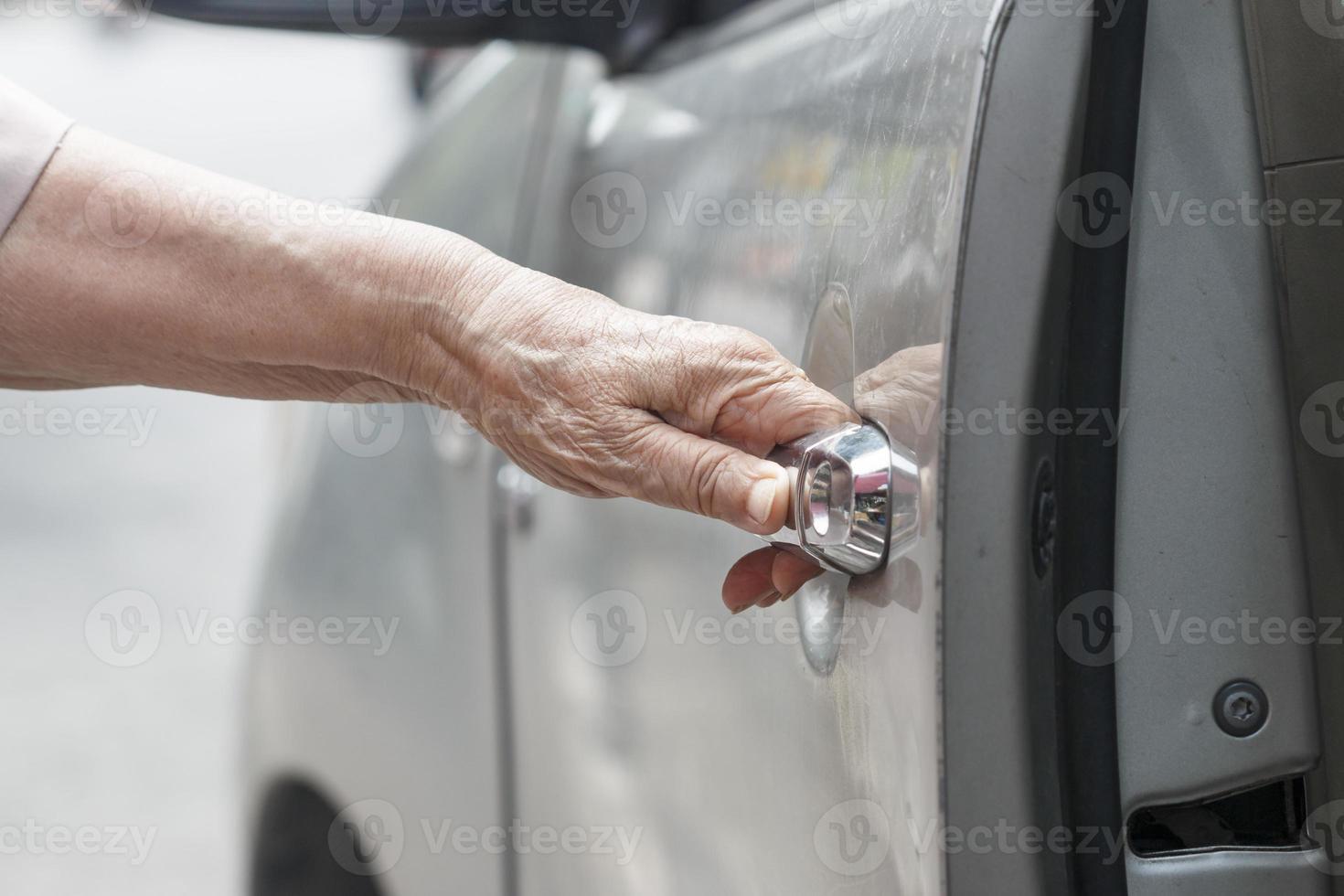 senior vrouw open autodeur foto