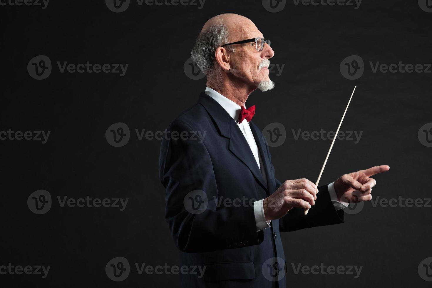 senior dirigent dragen pak. studio opname. foto