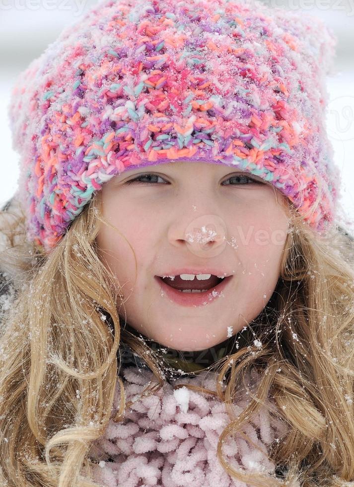 klein meisje in sneeuwlandschap. foto