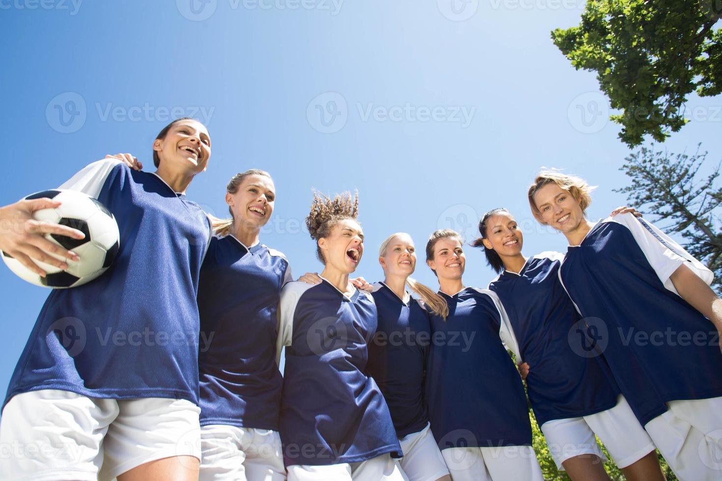 mooie voetballers glimlachen op camera foto