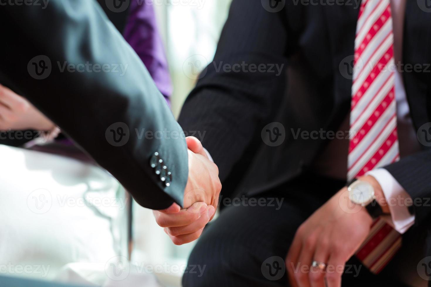 mensen uit het bedrijfsleven doen handdruk foto