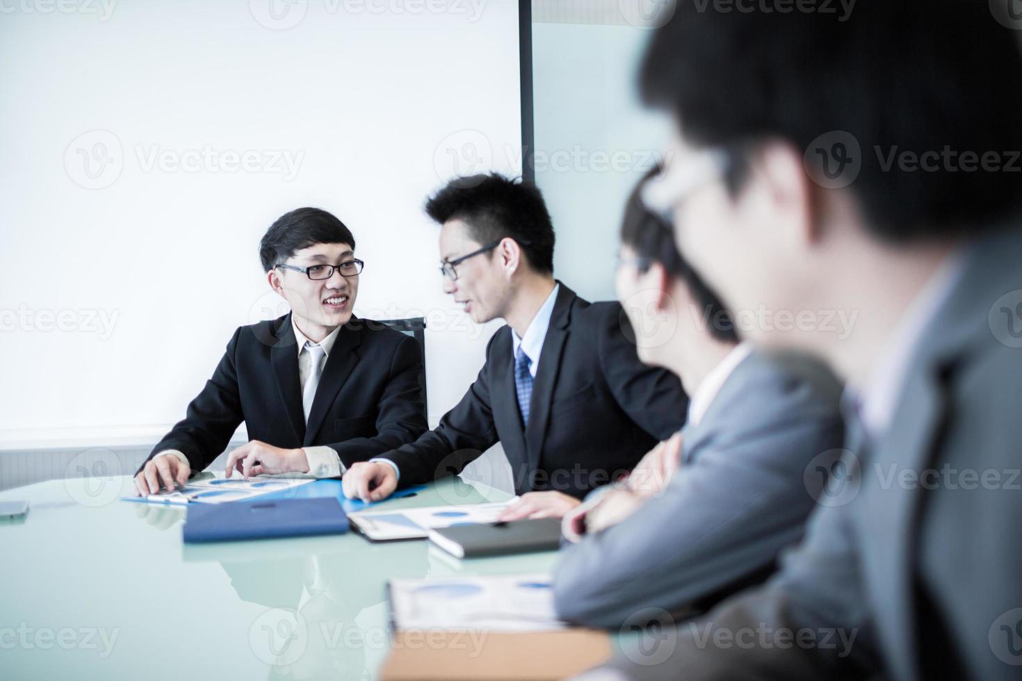 zakelijke bijeenkomst met een groep mensen op kantoor foto