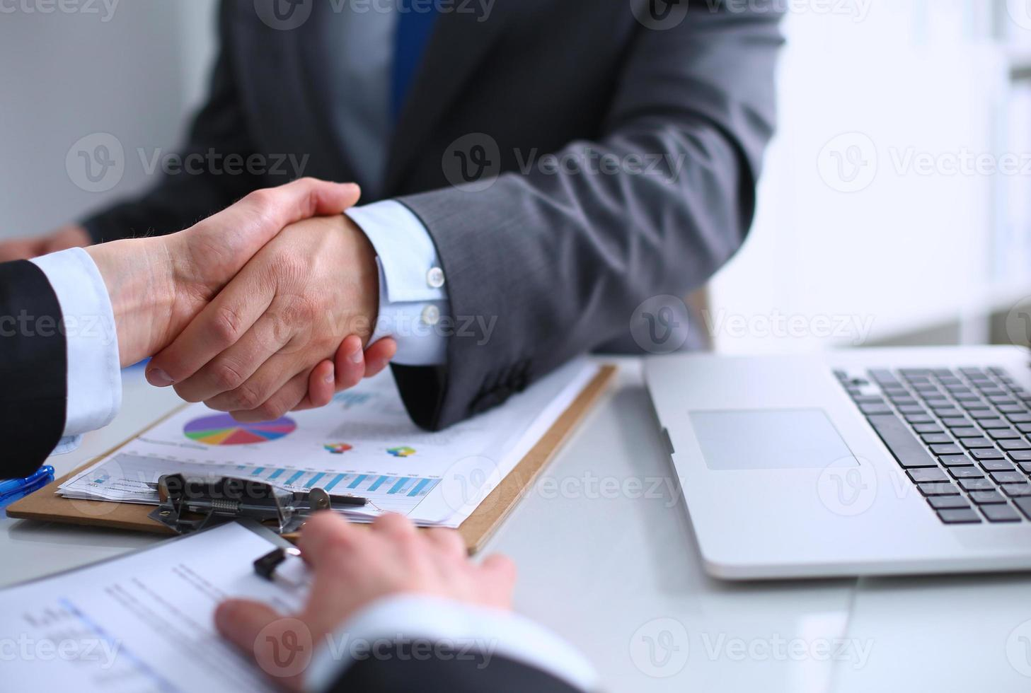 zakenmensen handen schudden, een vergadering afronden foto