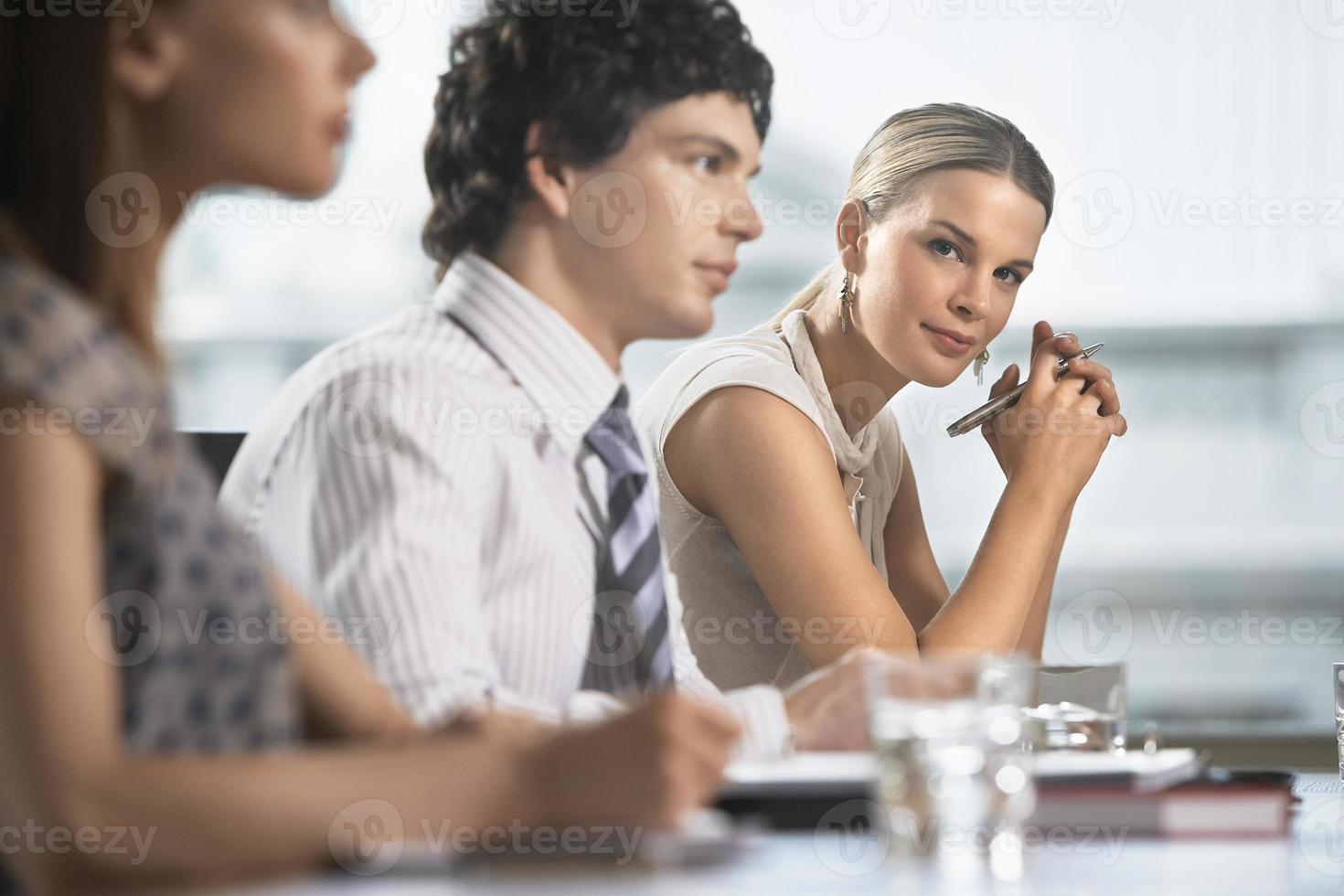 collega's op zakelijke bijeenkomst foto