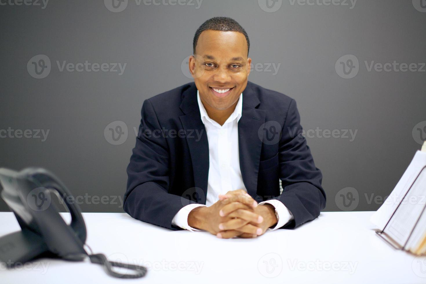 lachende Afro-Amerikaanse zakenman aan balie foto