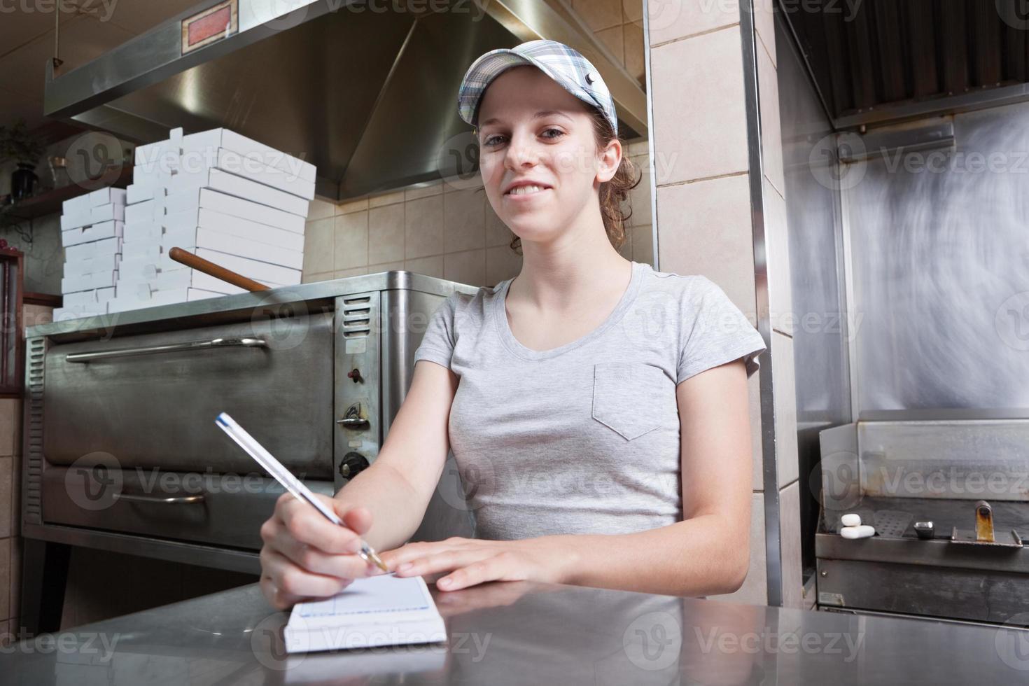 neem serveerster bij pizzarestaurant foto