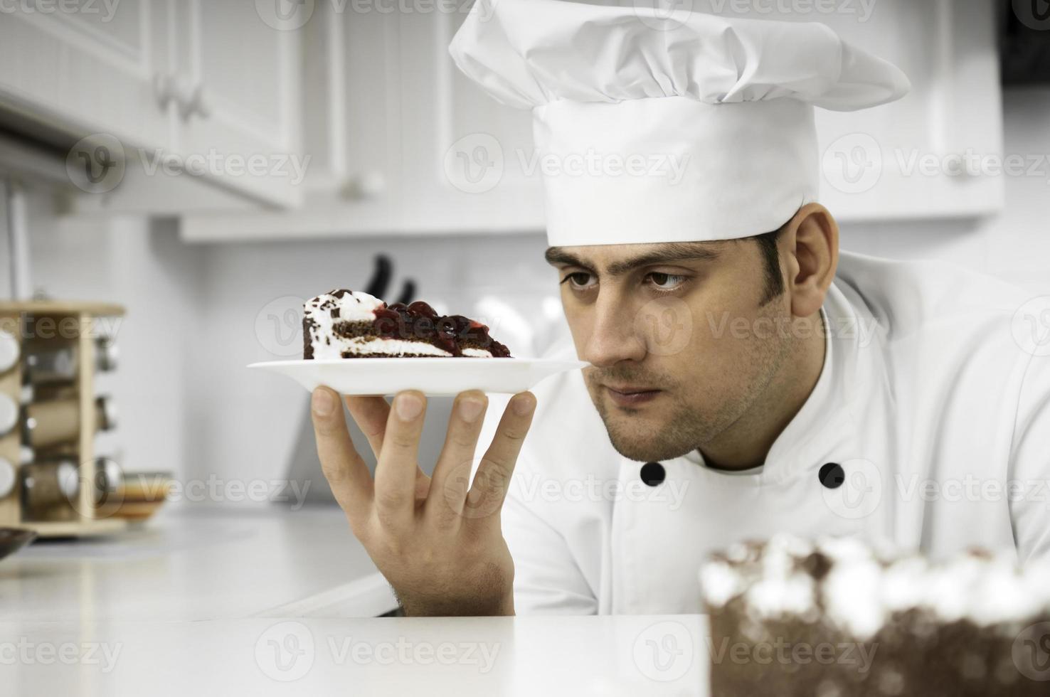 chef-kok die dessertbord nauwkeurig onderzoekt foto