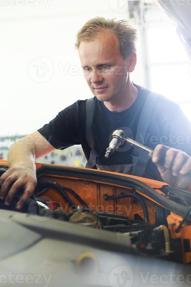werkende automonteur foto