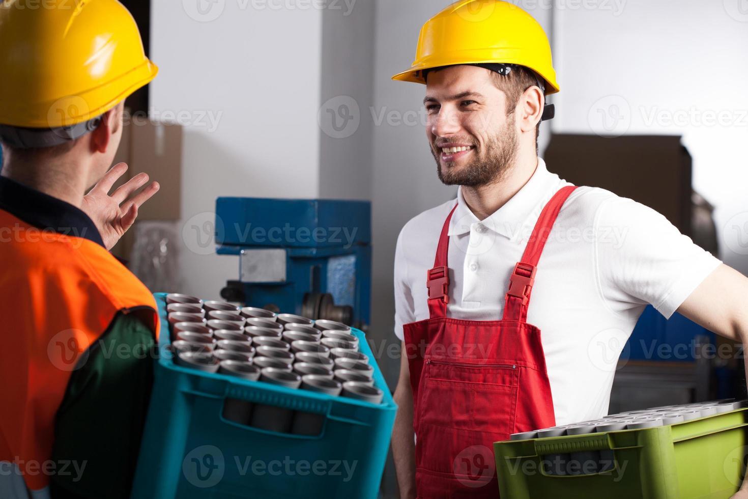 arbeiders in fabriek foto