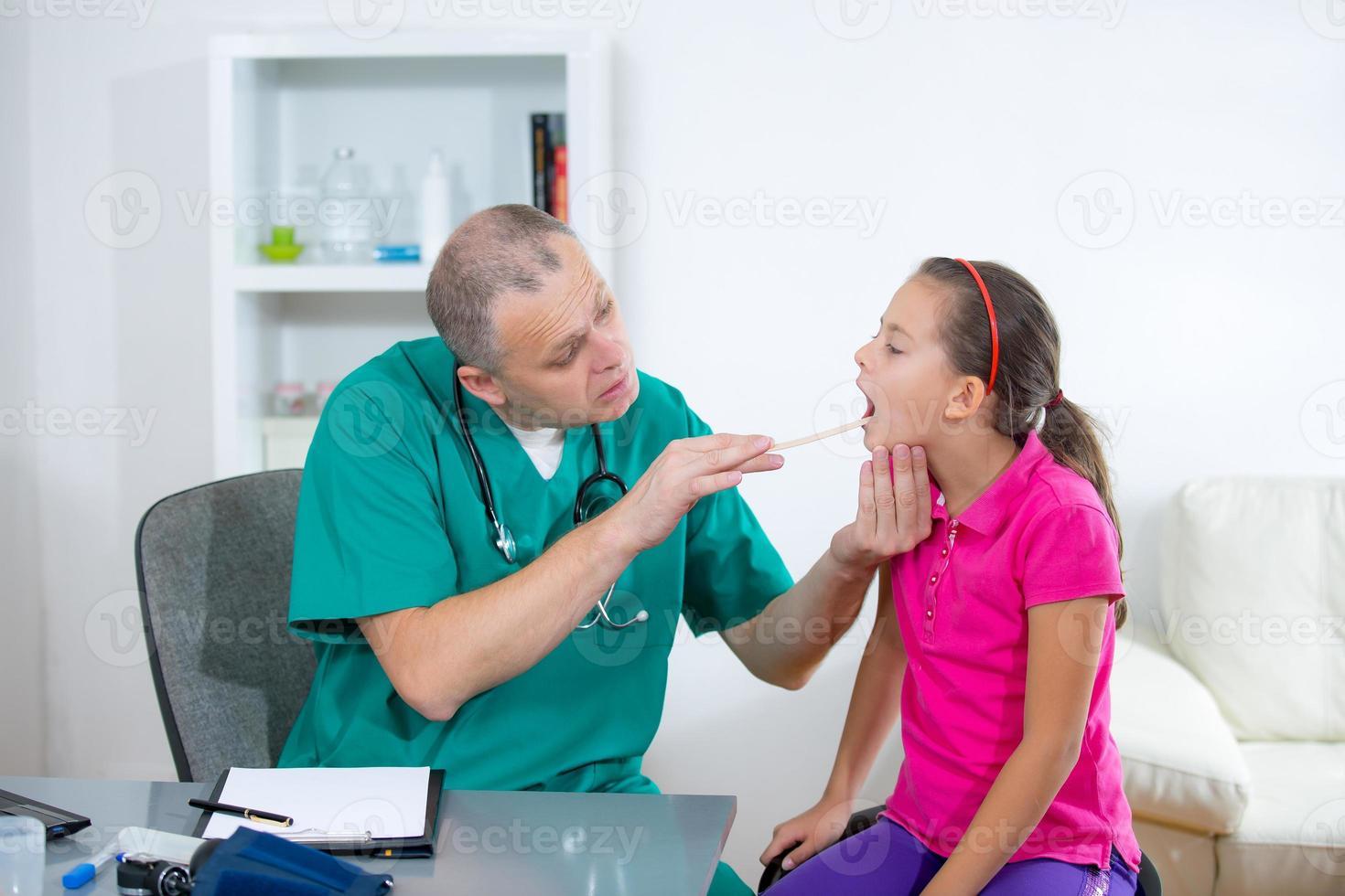 meisje bij een doktersbezoek foto