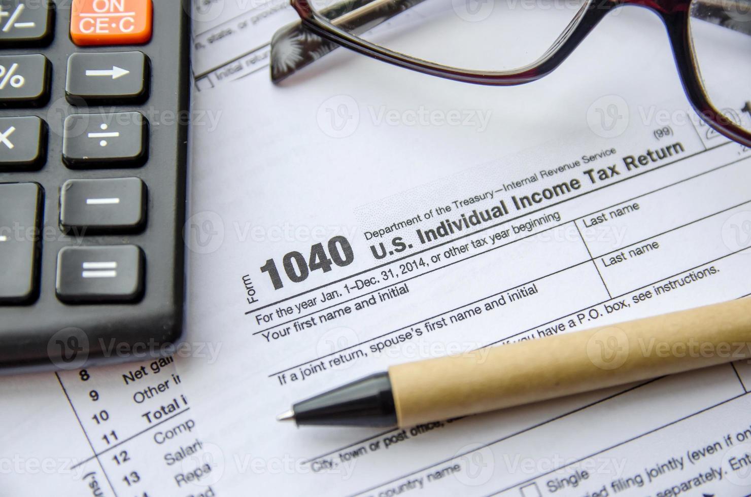 individueel aangiftebiljet inkomstenbelasting, bril, pen en rekenmachine foto