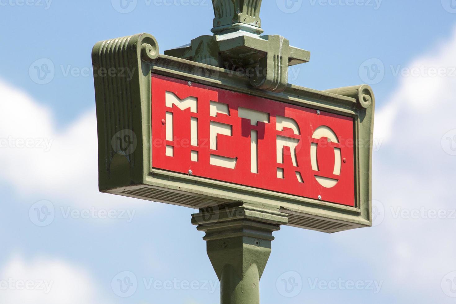vintage metro van Parijs teken met bewolkte hemel foto