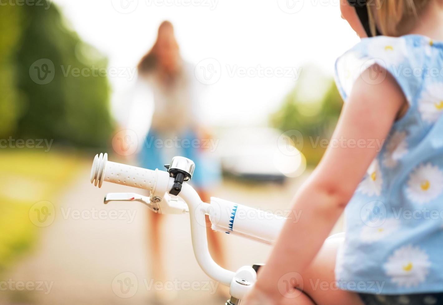 babysitting op fiets en moeder op achtergrond. detailopname foto