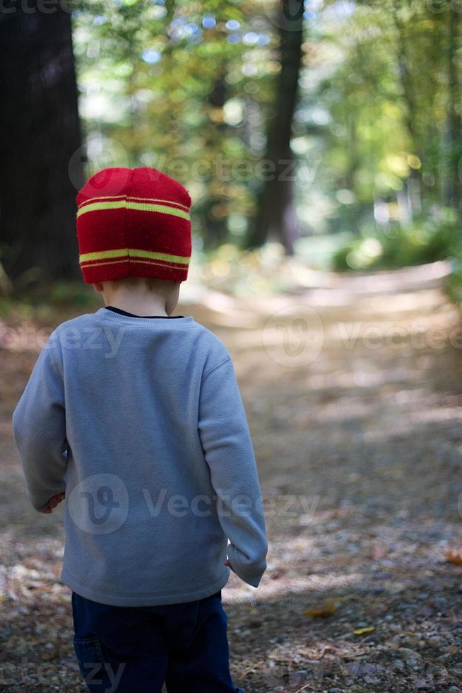 jongen wandelen in het bos foto