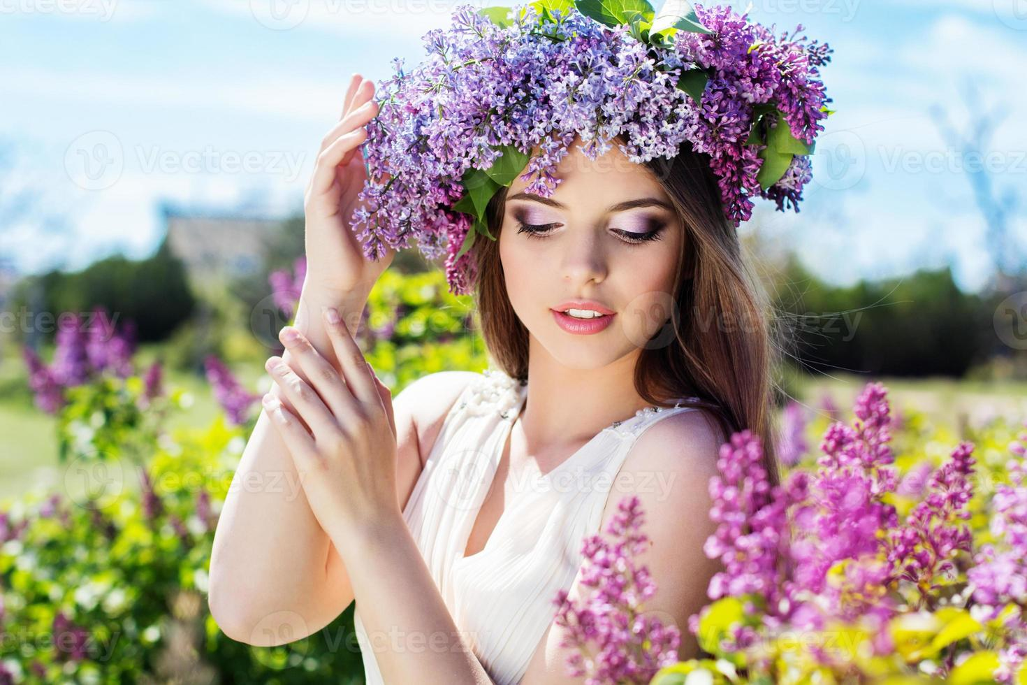 mooi meisje met een lila bloemen foto
