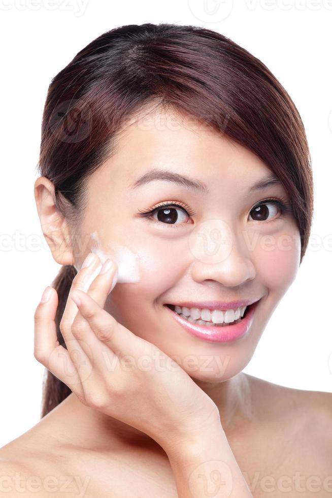 mooi jong meisje met schone huid op mooi gezicht foto
