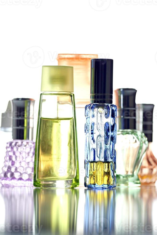 veel fles met parfum verschillende kleur geïsoleerd. foto