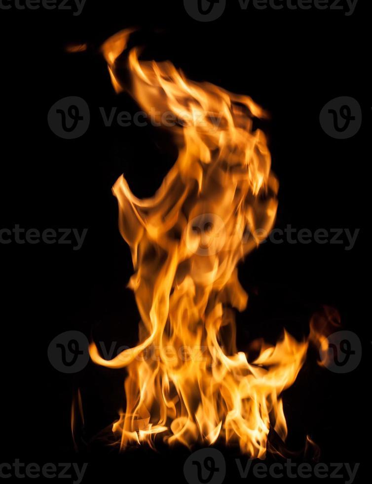 brand vlammen op zwart foto