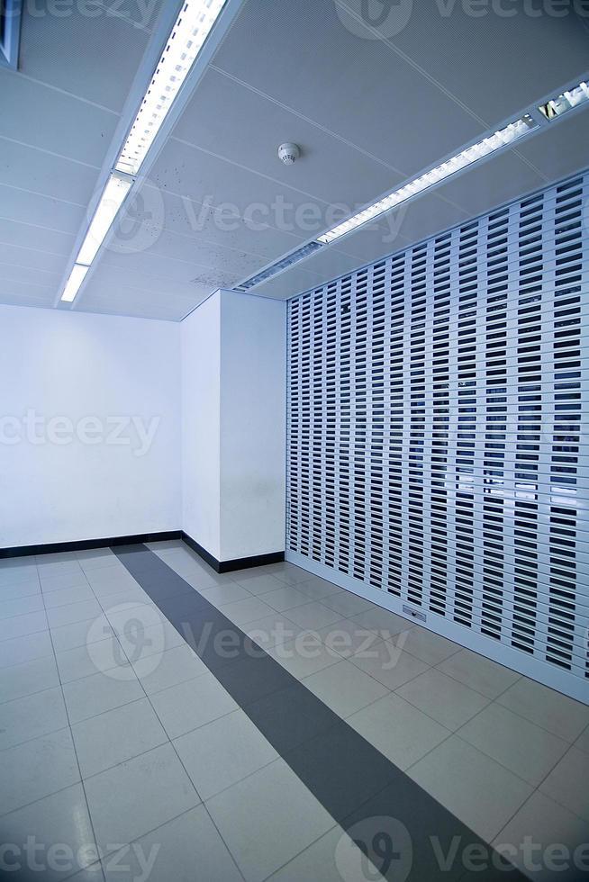 lege blauwe hal in office center, Spanje foto