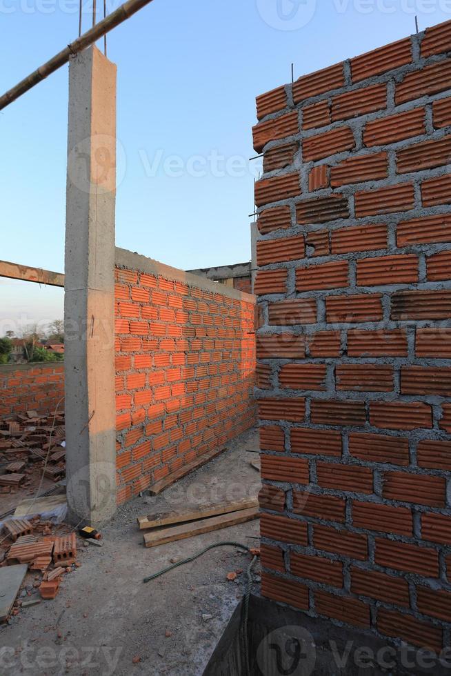 woningbouw bouwplaats met bakstenen blok foto