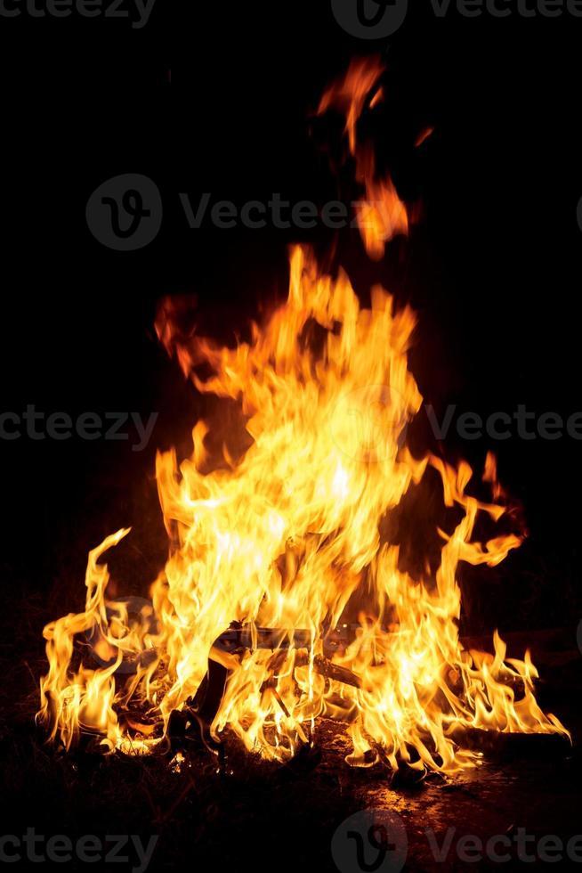 vuur brandt in de nacht foto
