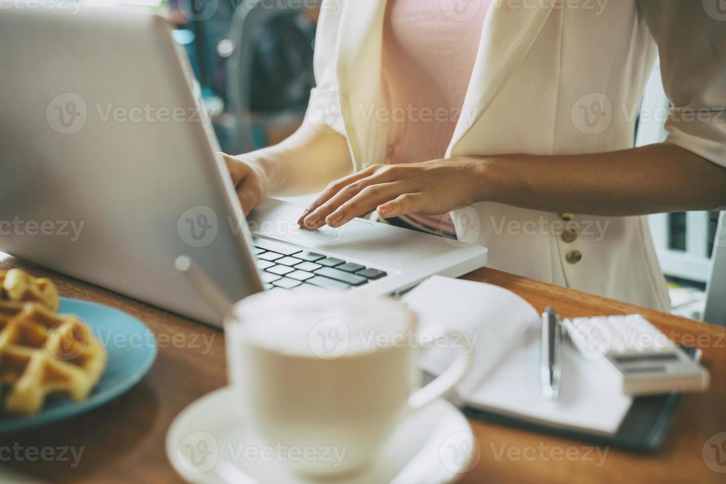 werken met laptop foto