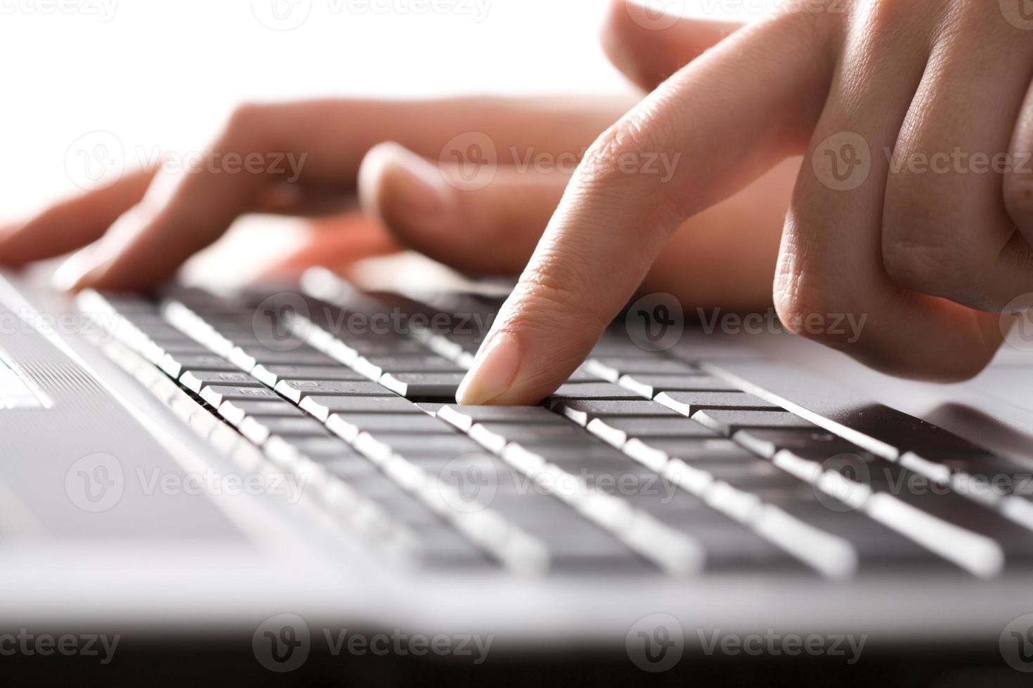 bezig met de laptop foto