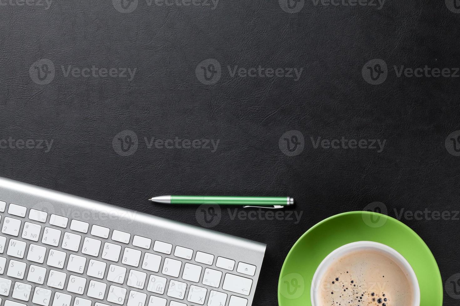 bureau met computer, pen en koffie foto