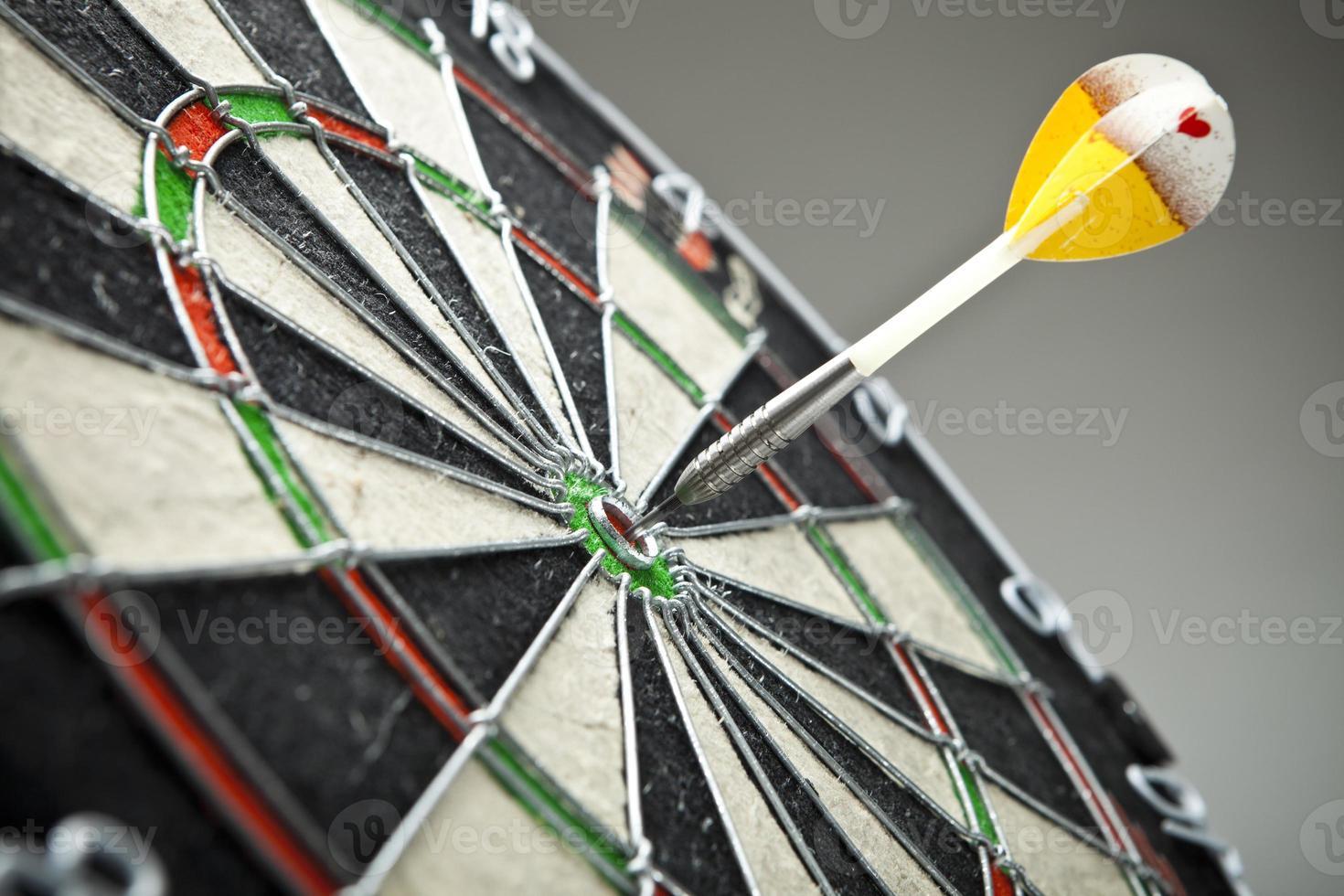 darts pijlen in het midden van het doel foto