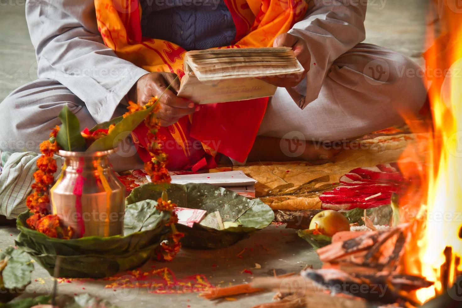 brahman puja tijdens hindoe festival in nepal foto