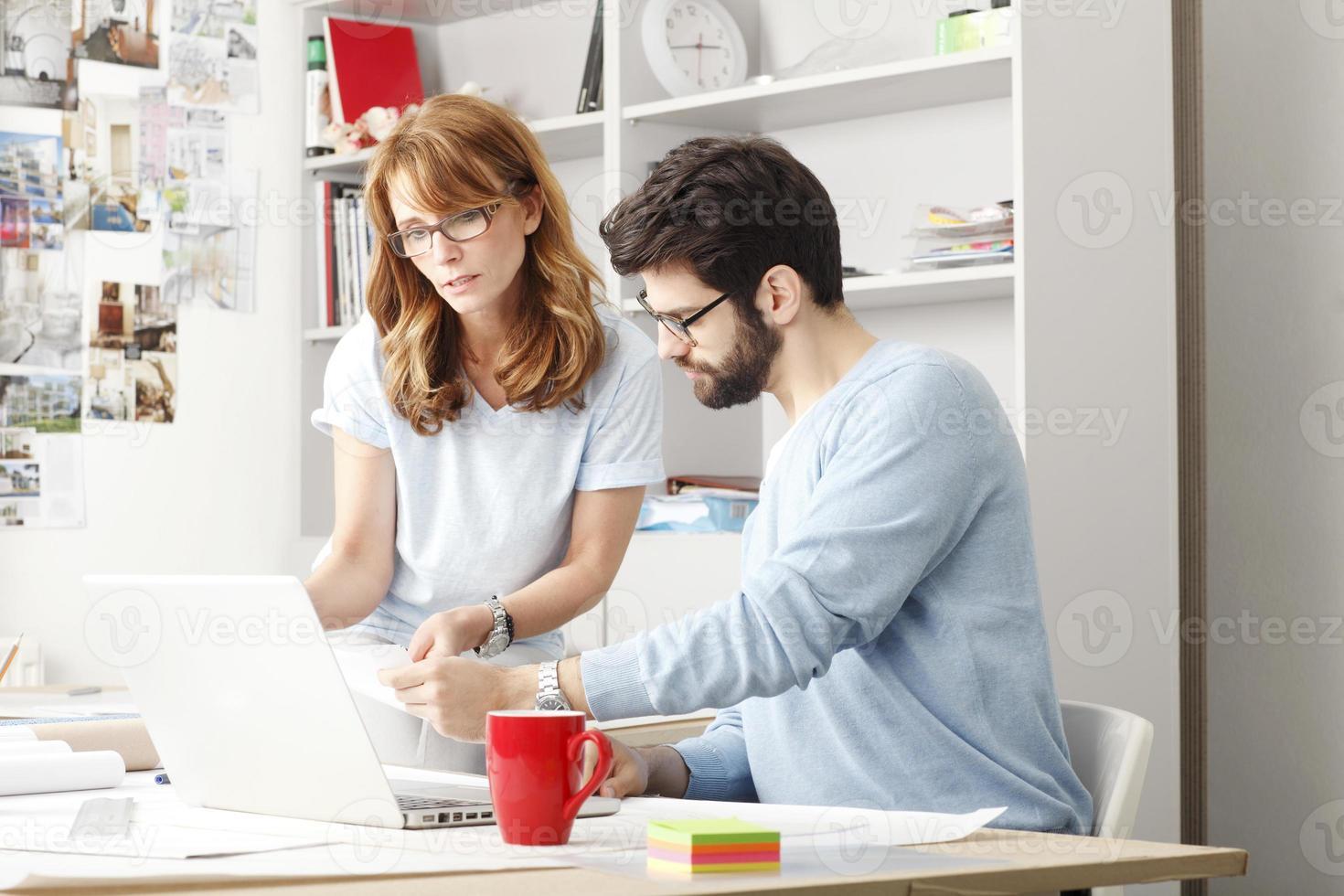 collega's werken op een laptop foto