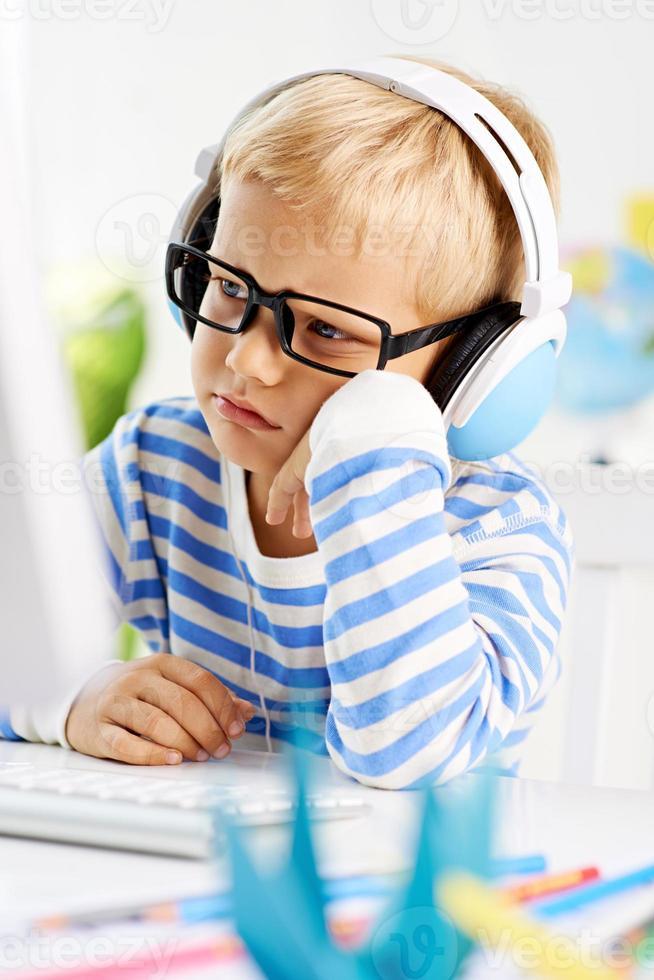 jongen op de computer foto