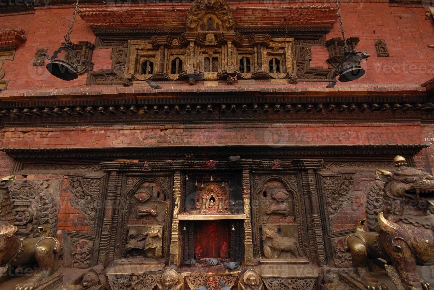 bronzen godin aan de muur in de hindoe-tempel. foto