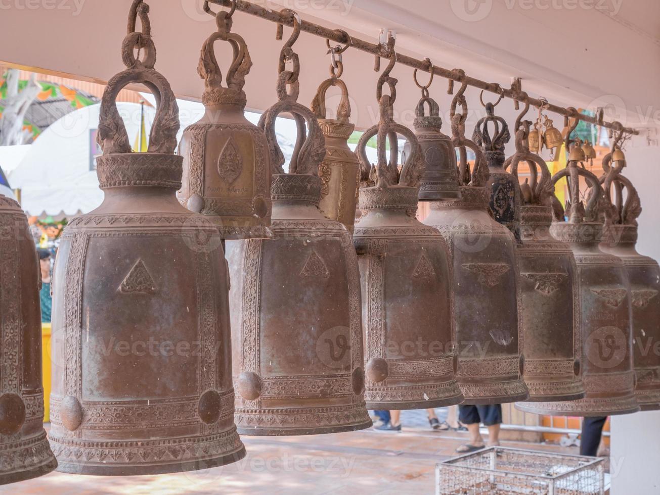 klokken in een boeddhistische tempel foto