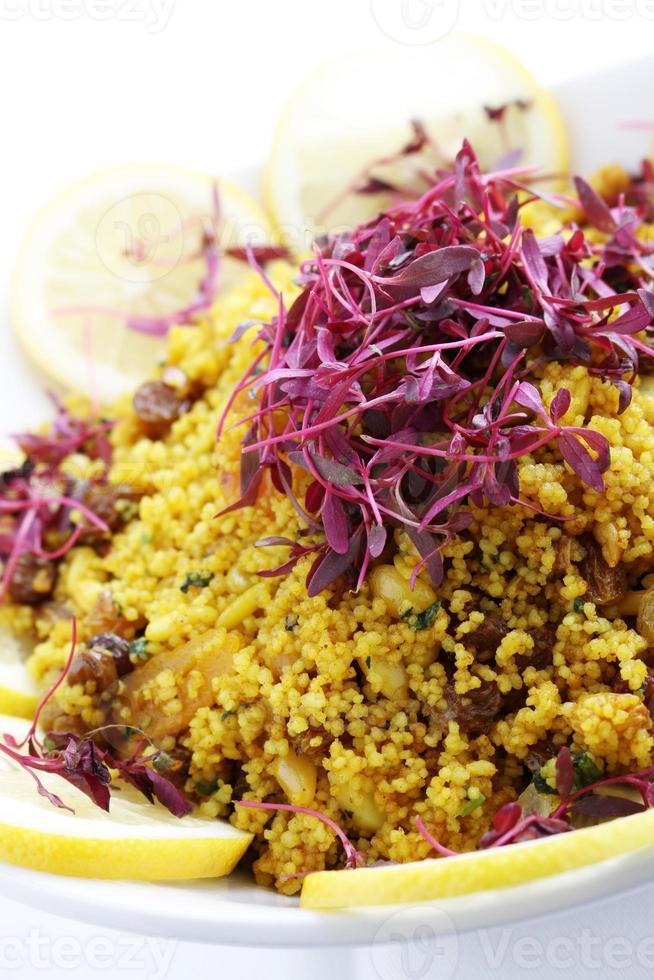 koude couscous salade in kom foto
