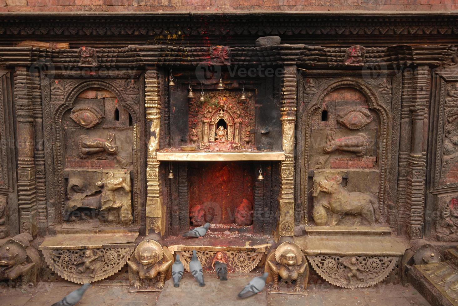 bronzen godin bij hindoetempel in nepal. foto