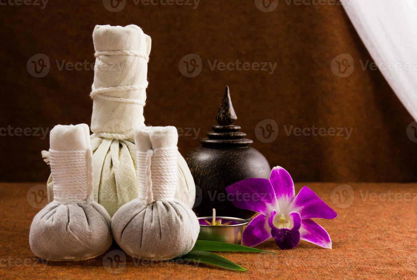 spa kruiden comprimerende bal met houten kist en orchidee. foto