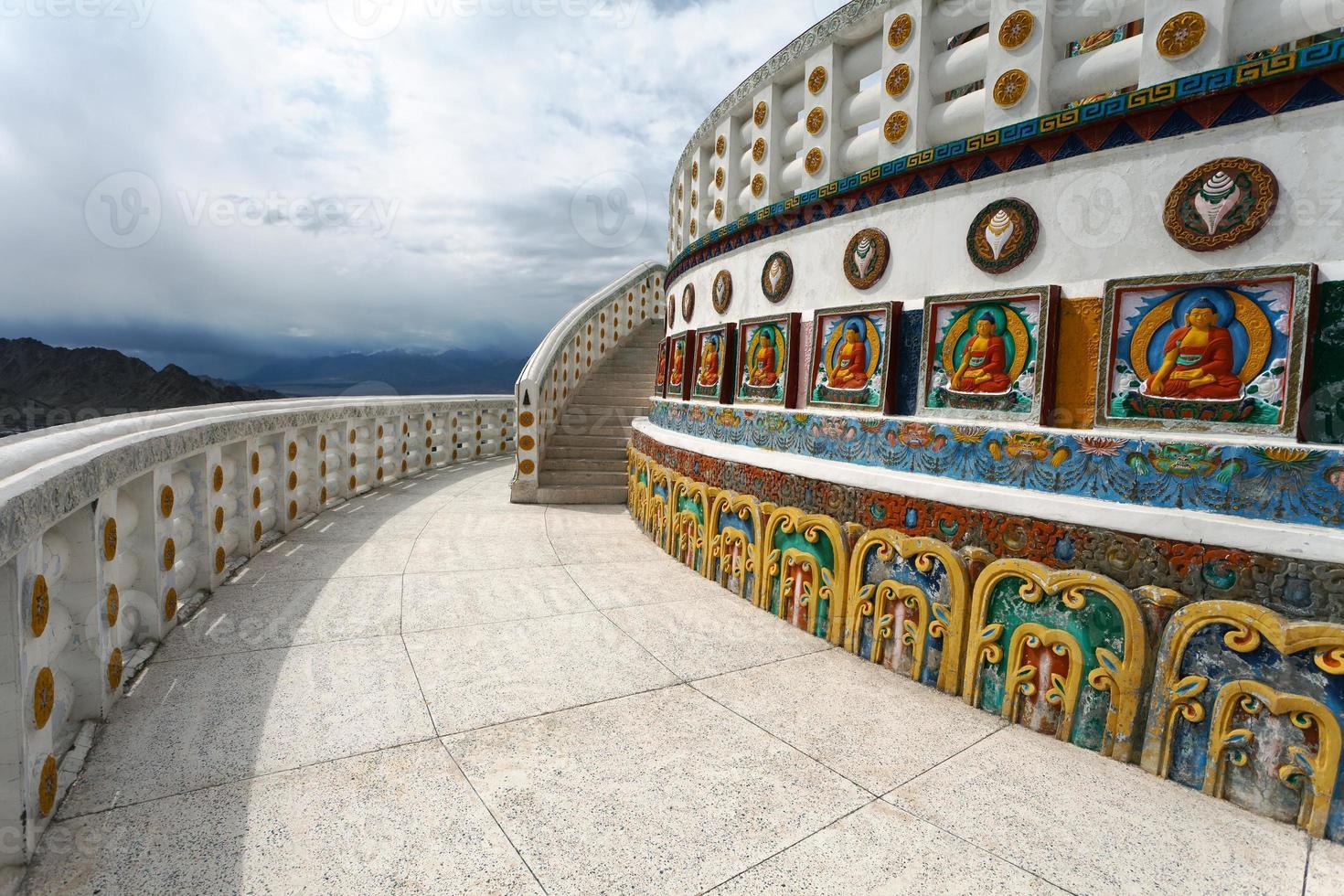 hoge shanti stupa in de buurt van leh - ladakh - india foto