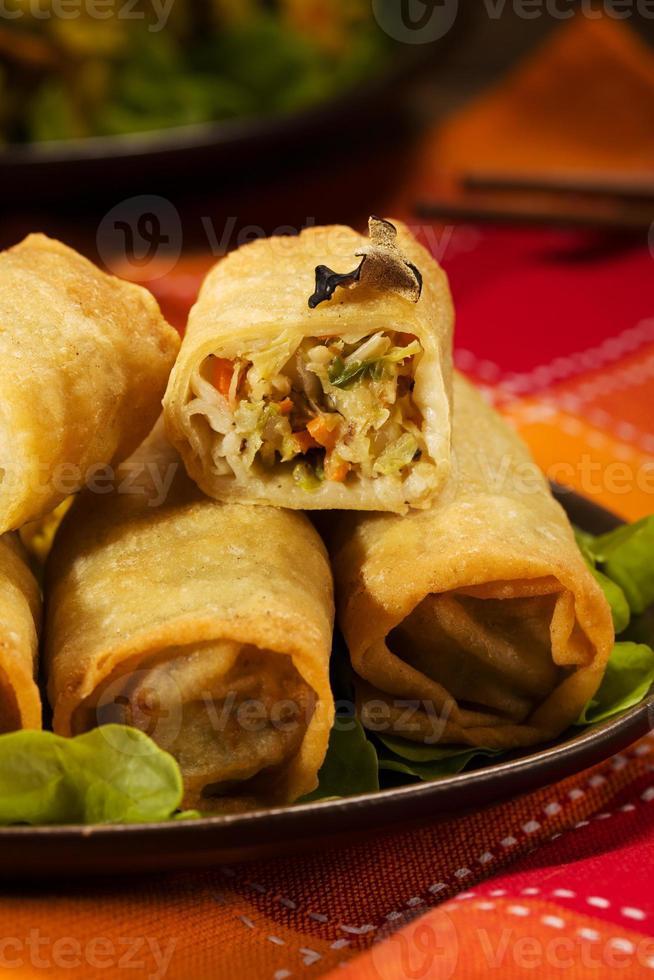 gebakken loempia's met diepe groenten en rijst. foto