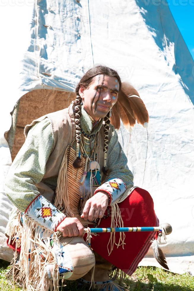 Noord-Amerikaanse indiaan in volle jurk. foto