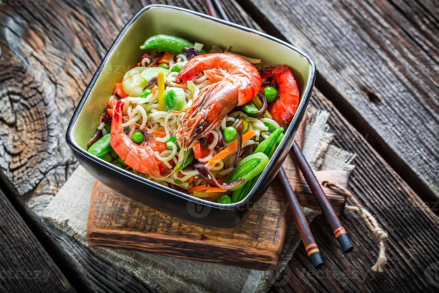 garnalen en verse groenten met noedels foto