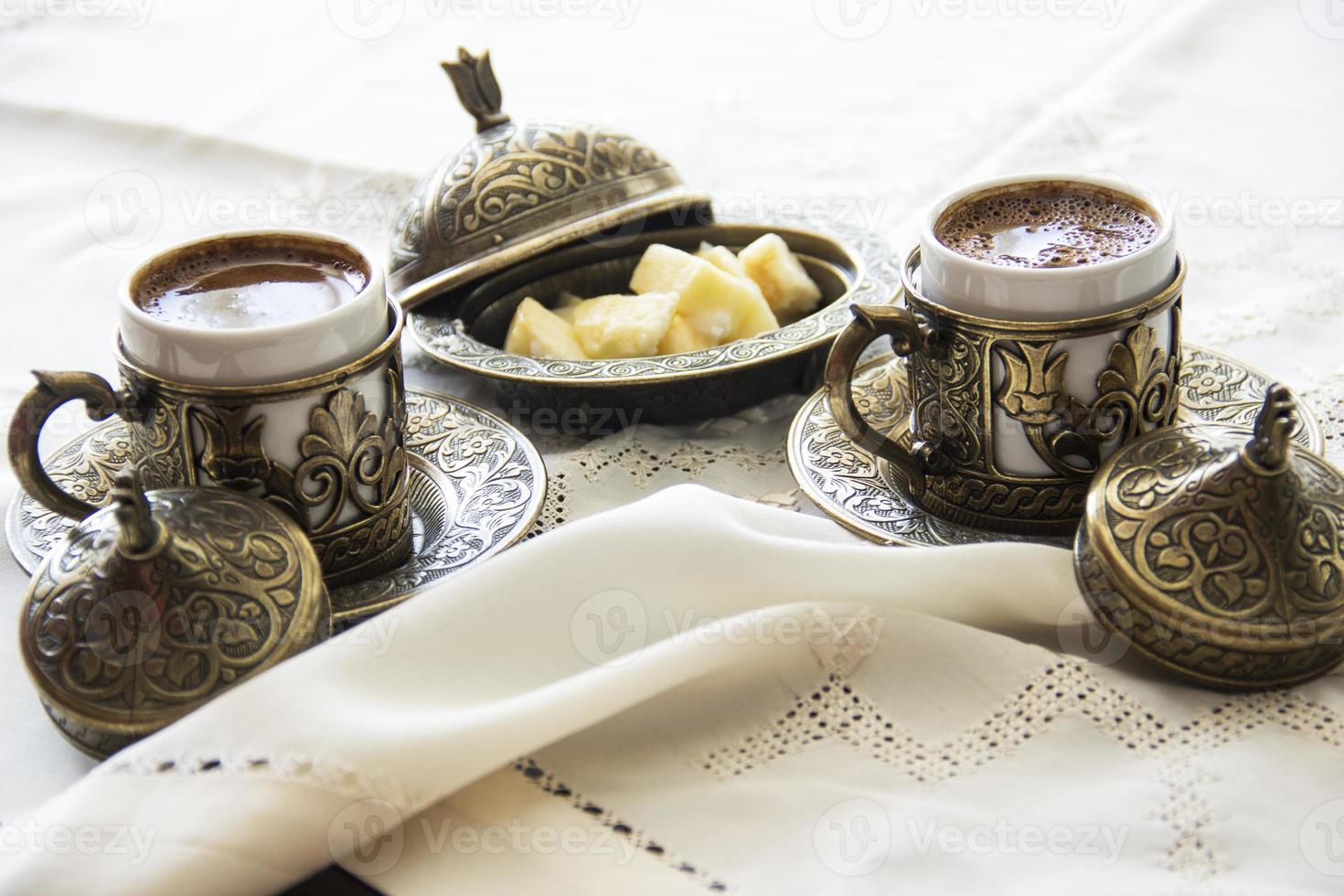 Turkse koffie met verrukking en traditionele koperen serveerset foto