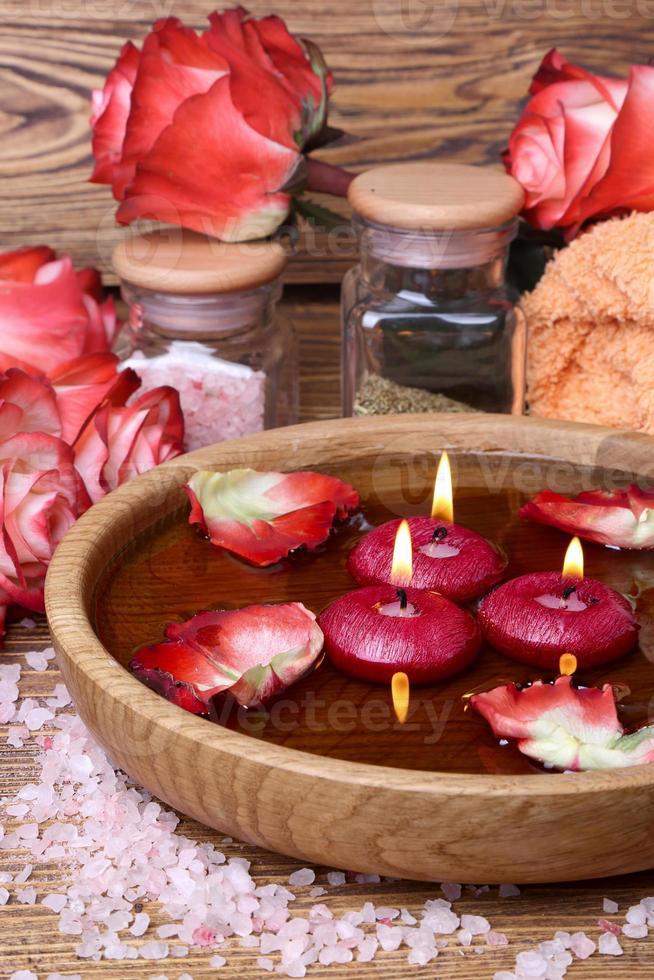spa concept met rozen, roze zout en kaarsen foto
