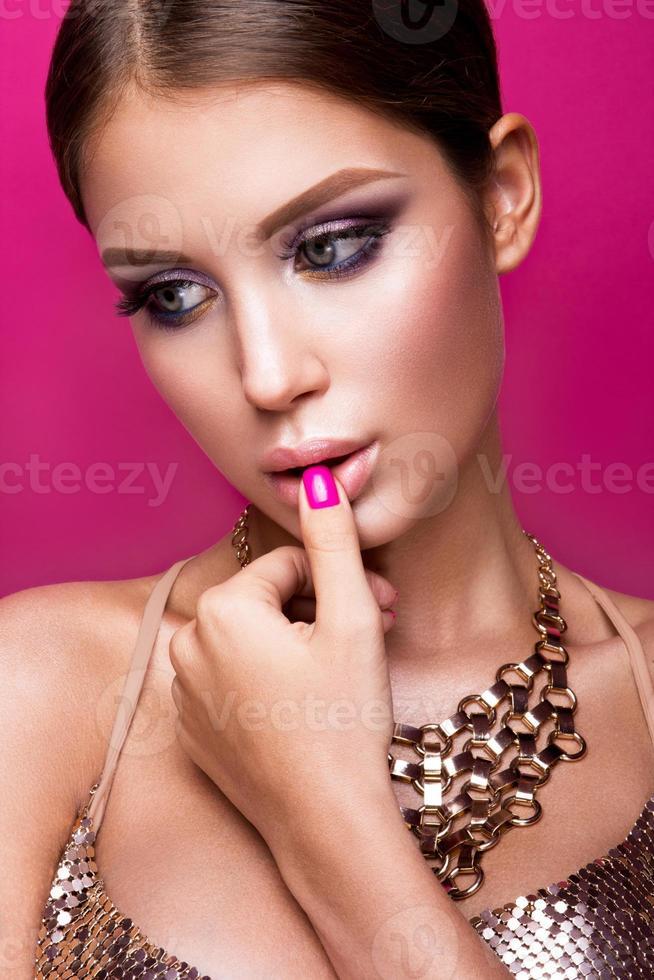 schoonheid fashion model meisje met lichte make-up, lang haar, gemanicuurd foto